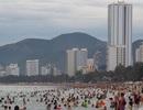 """Hàng trăm người tắm biển """"xả xui"""" ngày Tết Đoan Ngọ"""