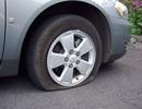 Xử lí thế nào khi xe bị nổ lốp trên đường?