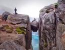 """""""Liều mạng"""" chụp ảnh trên tảng đá nguy hiểm nhất thế giới"""