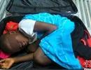 Phát hiện bé trai 8 tuổi nằm gọn trong hành lý khách du lịch