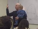 Giáo sư vừa giảng bài vừa bế con giúp sinh viên