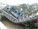 Xe tải 60 tấn đè gãy đôi cầu sắt