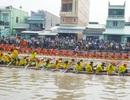 Hàng trăm người đổ ra bờ sông từ mờ sáng xem đua ghe ngo