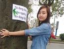 """Bạn trẻ thắt nơ, """"kêu cứu"""" cho cây xanh trên phố Hà Nội"""