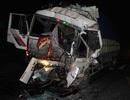Xe tải tông nhau tại điểm chờ đèn đỏ, tài xế mắc kẹt trong cabin