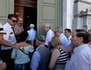 Người Hy Lạp hối hả tới ngân hàng sau 3 tuần đóng cửa