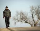 Cảm động người chồng đi bộ 56km mỗi ngày đi làm nuôi vợ ốm