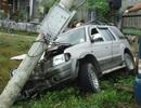 Mất lái, ô tô đâm đổ trụ điện
