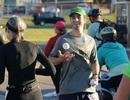 Vừa chạy ngược vừa tung hứng trên đường đua marathon 42 km