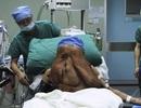 """""""Người voi"""" mang khối u hàng chục kg trên mặt"""