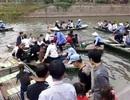 Hỗn loạn tại bến đò Tràng An, du khách ngã sông suýt chết đuối