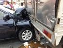 """Xế hộp bị 2 xe tải """"ép"""" bẹp dúm, 4 người trên xe hoảng loạn"""