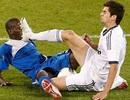 """Con trai Zidane """"bỏ bóng đạp người"""" phản cảm trên sân cỏ"""
