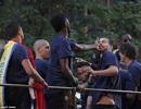 Alex Song tát Pique trong lễ diễu hành của Barcelona