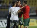 """Gareth Bale bị fan cuồng """"tấn công"""" ngay trên sân"""