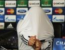 Mourinho ngang nhiên cởi áo ngay trong buổi họp báo
