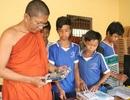 """Thầy giáo """"áo vàng"""" dạy Tin học miễn phí cho trẻ em vùng núi"""