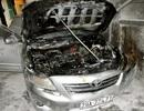 Hà Nội: Đang đỗ trong sân, xế hộp bốc cháy dữ dội