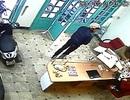 """Hà Nội: Thiếu nữ chủ quan để kẻ gian """"diễn kịch"""" trộm iPhone"""