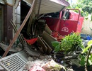 Hà Nội: Xe đầu kéo đâm chết cụ già, tông hỏng 3 nhà dân