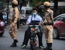 """Cảnh sát giao thông """"soi"""" nhãn vở các học sinh không đội mũ bảo hiểm"""