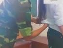 Ngừng giảng dạy với thầy giáo quân sự thò tay vào áo nữ sinh