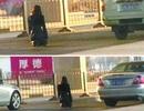 Sợ chia tay, mỹ nữ quỳ giữa đường xin bạn trai tha thứ