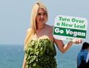 Cô gái xinh đẹp diện váy rau diếp vì môi trường