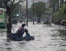 """Mưa trái mùa, người Sài Gòn lại bì bõm """"lội sông"""""""
