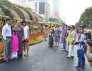 Người dân đổ về đường hoa Nguyễn Huệ sáng mùng 1 Tết