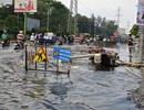 Mưa trái mùa, đường phố Sài Gòn ngập lênh láng