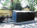 Hai thùng container lật nhào giữa trung tâm thành phố