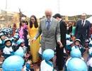 Hoàng tử xứ Kent tặng hơn 1.000 mũ bảo hiểm cho học sinh Việt Nam