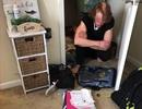 Trộm biến thái đột nhập, trốn trong tủ và mặc đồ của chủ nhà