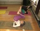 Cụ bà 100 tuổi vẫn đứng lớp dạy yoga