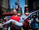 Hàng chục người biểu tình khỏa thân và phủ sơn lên người ở Mỹ