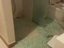 """""""Đòi"""" khách sạn 20 triệu vì cửa kính vỡ vụn gây thương tích, vị khách bị quy """"làm"""" tiền?"""