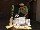 Bị theo dõi, người phụ nữ vứt hơn 1.000 gói thuốc lá lậu xuống đường