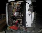 Xe khách lật giữa cầu, 7 hành khách bị thương