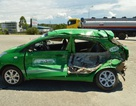 Xe bồn chở xăng tông biến dạng xe taxi, tài xế thoát chết hy hữu