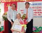 Trao huy hiệu 80 tuổi Đảng cho thành viên Đội Du kích Ba Tơ đầu tiên