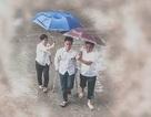 Xúc động hình ảnh thầy cô che ô cho học sinh trong mưa