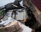 Xe container đâm vào cổng làng, hai người thương vong
