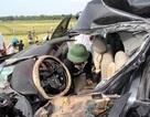 Tai nạn kinh hoàng, tài xế tử vong trong chiếc xe biến dạng
