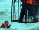Cứu sống 8 công nhân bị chìm xà lan trên biển