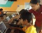 Cô gái liệt chân dạy vi tính cho trẻ mồ côi
