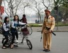 Hà Nội: Yêu cầu học sinh đội mũ bảo hiểm khi đi xe đạp điện