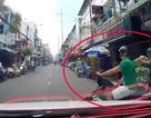 Xe máy lao từ trong ngõ ra, tai nạn ai chịu trách nhiệm?