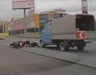 Xe máy đen đủi ngã lăn vào ôtô trên cao tốc