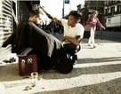 Tạo mẫu tóc nổi tiếng đi khắp nơi cắt tóc miễn phí cho người vô gia cư